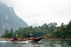 Traditionellt turistfartyg i Cheow Larn sjön, Thailand Arkivbilder
