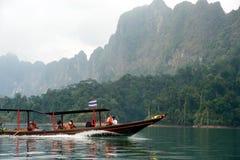 Traditionellt turistfartyg i Cheow Larn sjön, Thailand Arkivbild