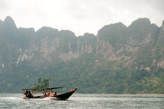 Traditionellt turistfartyg i Cheow Larn sjön, Thailand Royaltyfri Fotografi