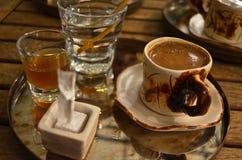 Traditionellt turkiskt kaffe med special presentation royaltyfri bild