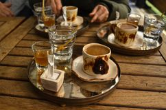 Traditionellt turkiskt kaffe med special presentation arkivfoton