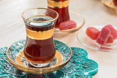 Traditionellt turkiskt te i exponeringsglas Arkivbild