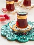 Traditionellt turkiskt te i exponeringsglas Royaltyfria Foton