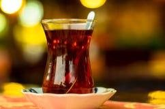 Traditionellt turkiskt te på oskarp bakgrund, Istanbul, Turkiet Royaltyfri Bild
