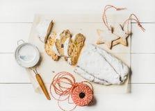 Traditionellt tyskt julkakaStollen snitt i stycken, kakor, rep royaltyfri fotografi