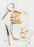 Traditionellt tyskt julkakaStollen snitt i stycken, kakor, sikt royaltyfria foton