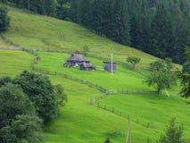 Traditionellt ukrainskt byhus i de Carpathian bergen Arkivfoton