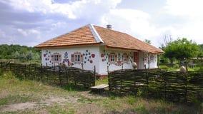 Traditionellt ukrainskt byhus med målade väggar Fotografering för Bildbyråer