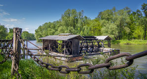 Traditionellt vatten maler på den Mura floden, Slovenien Royaltyfria Bilder