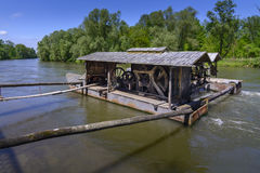 Traditionellt vatten maler på den Mura floden, Slovenien Arkivbilder