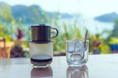 Traditionellt Vietnam kaffe med landskap av den Halong fjärden i bakgrund arkivbild