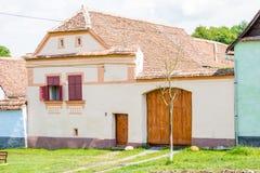 Traditionellt vitt hus i Viscri Arkivbild