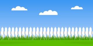 Traditionellt vitt staket med grönt gräs mot en bakgrund för molnig himmel sömlöst sommarlandskap Plan vektorillustration stock illustrationer