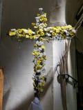 Traditionen av att blomma korset på påskmorgon royaltyfri fotografi