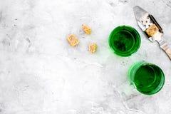 Traditioner av att dricka absint Speciala sked- och sockerkuber nära skott på grått utrymme för kopia för bästa sikt för bakgrund Royaltyfri Fotografi