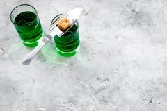 Traditioner av att dricka absint Speciala sked- och sockerkuber nära skott på grått utrymme för kopia för bästa sikt för bakgrund Royaltyfria Bilder