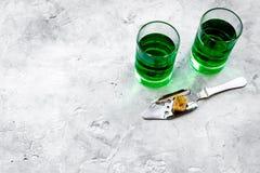 Traditioner av att dricka absint Speciala sked- och sockerkuber nära skott på grått utrymme för kopia för bästa sikt för bakgrund Royaltyfria Foton