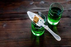 Traditioner av att dricka absint Speciala sked- och sockerkuber nära skott på mörkt träutrymme för kopia för bästa sikt för bakgr Royaltyfri Foto