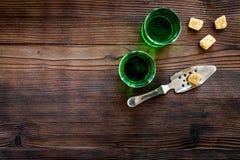 Traditioner av att dricka absint Speciala sked- och sockerkuber nära skott på mörkt träutrymme för kopia för bästa sikt för bakgr Royaltyfria Bilder