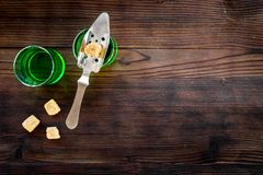 Traditioner av att dricka absint Speciala sked- och sockerkuber nära skott på mörkt träutrymme för kopia för bästa sikt för bakgr Fotografering för Bildbyråer