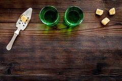 Traditioner av att dricka absint Speciala sked- och sockerkuber nära skott på mörkt träutrymme för kopia för bästa sikt för bakgr Royaltyfri Fotografi