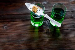 Traditioner av att dricka absint Speciala sked- och sockerkuber nära skott på mörkt träutrymme för kopia för bästa sikt för bakgr Royaltyfria Foton