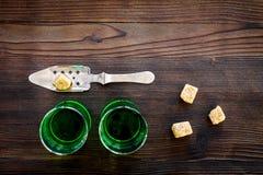 Traditioner av att dricka absint Speciala sked- och sockerkuber nära skott på mörkt träutrymme för kopia för bästa sikt för bakgr Arkivbild