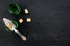 Traditioner av att dricka absint Speciala sked- och sockerkuber nära skott på svart utrymme för kopia för bästa sikt för bakgrund Arkivbilder