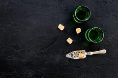 Traditioner av att dricka absint Speciala sked- och sockerkuber nära skott på svart utrymme för kopia för bästa sikt för bakgrund Arkivfoton