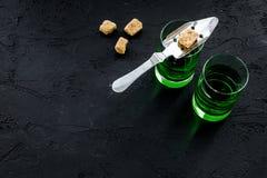 Traditioner av att dricka absint Speciala sked- och sockerkuber nära skott på svart utrymme för kopia för bästa sikt för bakgrund Royaltyfri Foto