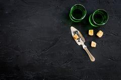 Traditioner av att dricka absint Speciala sked- och sockerkuber nära skott på svart utrymme för kopia för bästa sikt för bakgrund Royaltyfri Bild