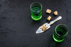Traditioner av att dricka absint Speciala sked- och sockerkuber nära skott på svart utrymme för kopia för bästa sikt för bakgrund Fotografering för Bildbyråer