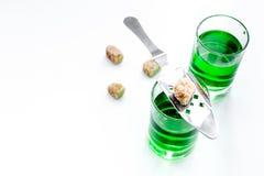 Traditioner av att dricka absint Speciala sked- och sockerkuber nära skott på vitt utrymme för kopia för bästa sikt för bakgrund Fotografering för Bildbyråer
