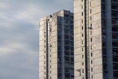 Traditionnal共产主义住房在贝尔格莱德的郊区,新的bBelgrade的 这些高层是野兽派建筑学的标志 免版税库存图片