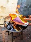 Traditionnel chinois pour brûler les spiritueux d'ancêtre de papier d'argent d'argent et d'or disparus photos libres de droits