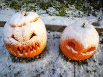 Traditionnel de décoration de maison de potiron recroquevillé par la neige photo stock
