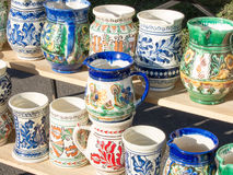traditionnel hadcrafted les tasses roumaines de poterie images stock
