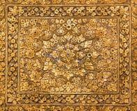 Traditionnel thaïlandais d'antiquité de fleur de texture d'or sur 200 ans Image libre de droits