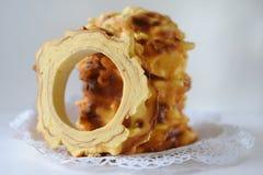 Traditionnels faits main baumkuchen le gâteau de couche cuit au four au-dessus du feu Images libres de droits