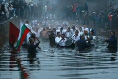 Traditions d'épiphanie - Jordanie Les hommes dansent dans les eaux glaciales de la rivière Tunja le 6 janvier 2011, Kalofer, Bulg Photos libres de droits