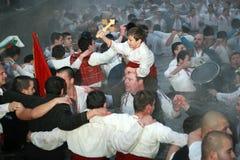 Traditions d'épiphanie - Jordanie Les hommes dansent dans les eaux glaciales de la rivière Tunja le 6 janvier 2011, Kalofer, Bulg Image libre de droits