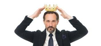 Traditions de famille de monarchie Type barbu de nature d'homme dans le symbole d'or de couronne de prise de costume de la monarc photo stock