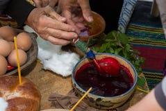 Traditions de Pâques Oeufs de peinture par de vieilles méthodes photographie stock libre de droits