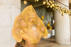 Traditionsasiatet sätter en klocka på i buddismtempel i den Phuket ön, Thailand Berömda stora Buddhaönskaklockor Arkivbilder