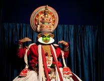 执行tradititional Kathakali舞蹈戏曲的印地安演员 免版税库存照片
