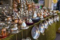 Traditonal上铜罐和项目在地方义卖市场纪念品 库存图片