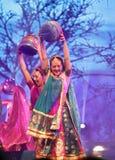 traditonal服装的妇女在神秘的印度显示巴林 免版税图库摄影