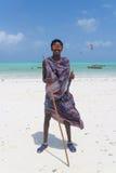 Traditonaly ubierał murzyna na Paje plaży, Zanzibar, Tanzania, Afryka Wschodnia Obrazy Stock