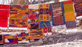 Tradizionale fatto a mano in coperte vibranti di berbero di colori ha appeso su Lin Immagini Stock