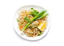 Tradizionale - piatto tailandese del cuscinetto vegetariano, su bianco fotografia stock